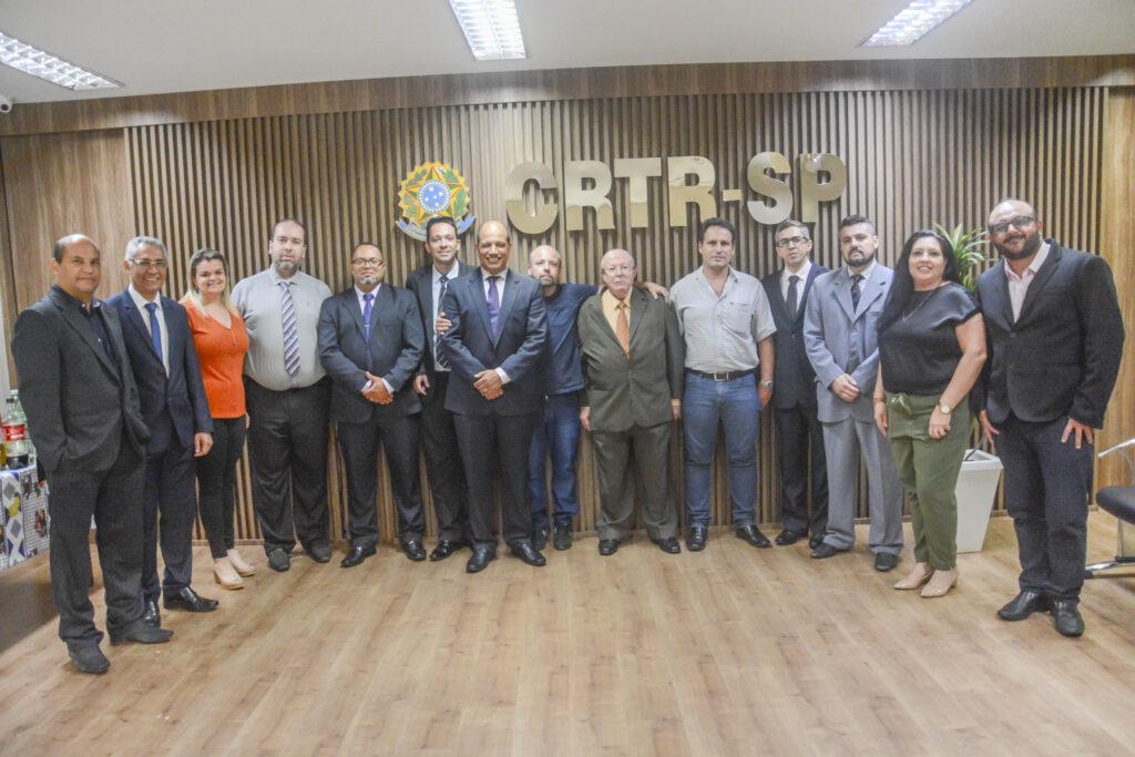 O novo presidente do CRTR-SP, Júlio César dos Santos, ao centro, rodeado pelo corpo de conselheiros.